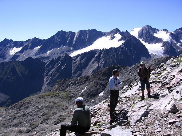 Foto: Andreas Koller / Wander Tour / Über zwei Gletscher auf den Lisenser Fernerkogel (3298 m) / Rast am Rinnennieder / 08.08.2007 14:16:47