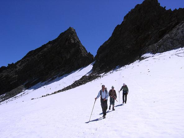Foto: Andreas Koller / Wander Tour / Über zwei Gletscher auf den Lisenser Fernerkogel (3298 m) / Querung des Lisenser Ferner mit Rinnenspitze (3003 m) im Hintergrund / 08.08.2007 14:16:07