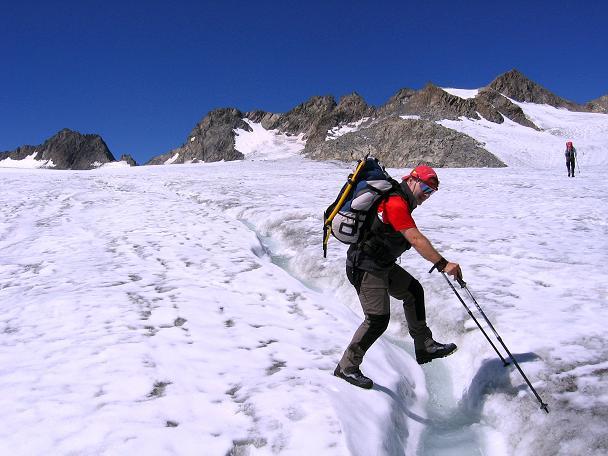 Foto: Andreas Koller / Wander Tour / Über zwei Gletscher auf den Lisenser Fernerkogel (3298 m) / Über kleinere Spalten am Lisenser Ferner / 08.08.2007 14:15:41