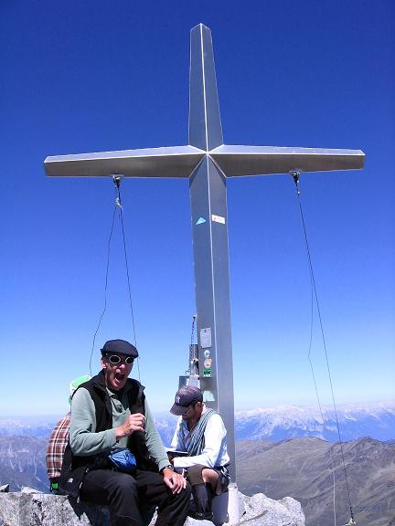 Foto: Andreas Koller / Wander Tour / Über zwei Gletscher auf den Lisenser Fernerkogel (3298 m) / Gipfelkreuz am Lisenser Fernerkogel / 08.08.2007 14:11:27