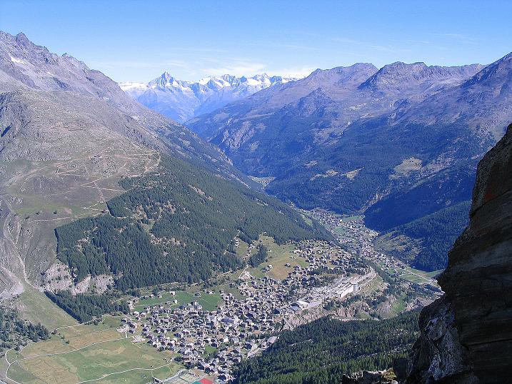 Foto: Andreas Koller / Klettersteig Tour / Klettersteig Mittaghorn (3144m) / Tiefblick nach Saas Fee und Ausblick auf die Berner Alpen / 09.08.2007 10:29:17