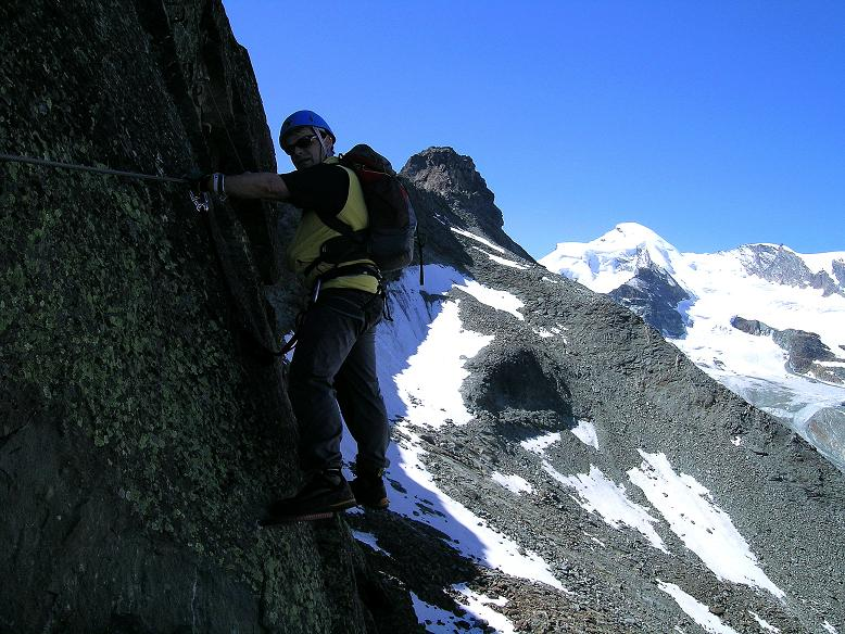 Foto: Andreas Koller / Klettersteig Tour / Klettersteig Mittaghorn (3144m) / Viel Luft unter den Sohlen mit Allalinhorn (4027 m) im Hintergrund / 09.08.2007 10:24:10