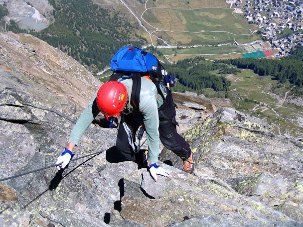Foto: Andreas Koller / Klettersteig Tour / Klettersteig Mittaghorn (3144m) / Tief unten im Tal: Saas Fee / 09.08.2007 10:23:39