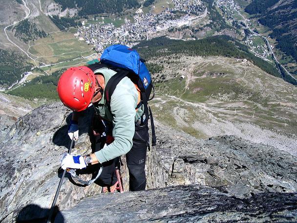 Foto: Andreas Koller / Klettersteig Tour / Klettersteig Mittaghorn (3144m) / 1500 m tiefer liegt Saas Fee / 09.08.2007 10:21:07