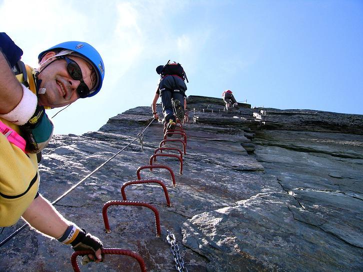 Foto: Andreas Koller / Klettersteig Tour / Klettersteig Mittaghorn (3144m) / Steile Passage über eine glatte, aber gut gesicherte Felswand / 09.08.2007 10:20:29