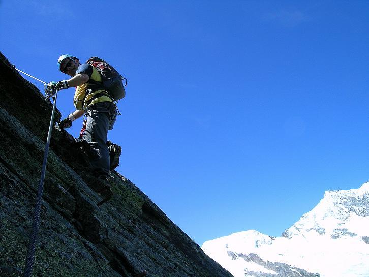 Foto: Andreas Koller / Klettersteig Tour / Klettersteig Mittaghorn (3144m) / Letzter steiler Aufschwung zum Gipfel mit Alphubel (4206 m) und Mischabelkette im Hintergrund / 09.08.2007 10:19:48