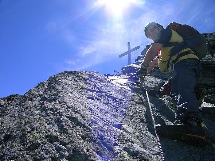 Foto: Andreas Koller / Klettersteig Tour / Klettersteig Mittaghorn (3144m) / Das Gipfelkreuz zum Greifen nahe / 09.08.2007 10:17:53