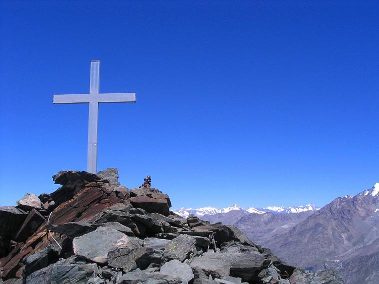 Foto: Andreas Koller / Klettersteig Tour / Klettersteig Mittaghorn (3144m) / Gipfelkreuz am Mittaghorn mit Berner Alpen / 09.08.2007 10:15:07