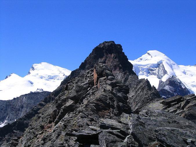Foto: Andreas Koller / Klettersteig Tour / Klettersteig Mittaghorn (3144m) / Blick vom Gipfel nach S: Fluchthorn (3791 m), Strahlhorn (4190 m), vorgeschoben der dunkle Egginer (3367 m), Allalinhorn (4027 m) / 09.08.2007 10:14:45