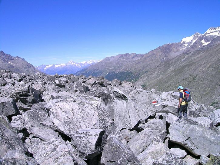 Foto: Andreas Koller / Klettersteig Tour / Klettersteig Mittaghorn (3144m) / Am Höhenweg zur Bergstation Plattjen mit Blick auf die Berner Alpen / 09.08.2007 10:05:31