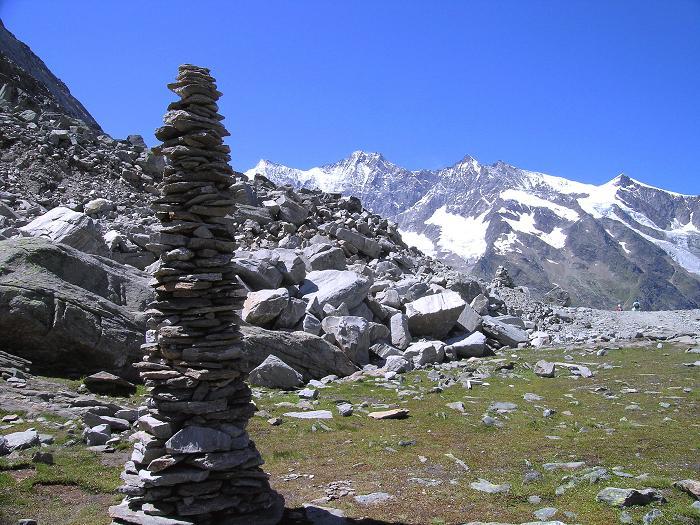 Foto: Andreas Koller / Klettersteig Tour / Klettersteig Mittaghorn (3144m) / Steinmann am Plattjen mit Täschhorn (4491 m), Dom (4545 m), Lenzspitze (4291 m) und Nadelhorn (4327 m) / 09.08.2007 10:04:45