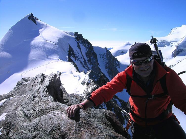 Foto: Andreas Koller / Wander Tour / Alphubel - Überschreitung (4206 m) / Am Felsgrat des Feekopfs mit Allalinhorn (4027 m) im Hintergrund / 09.08.2007 15:46:43