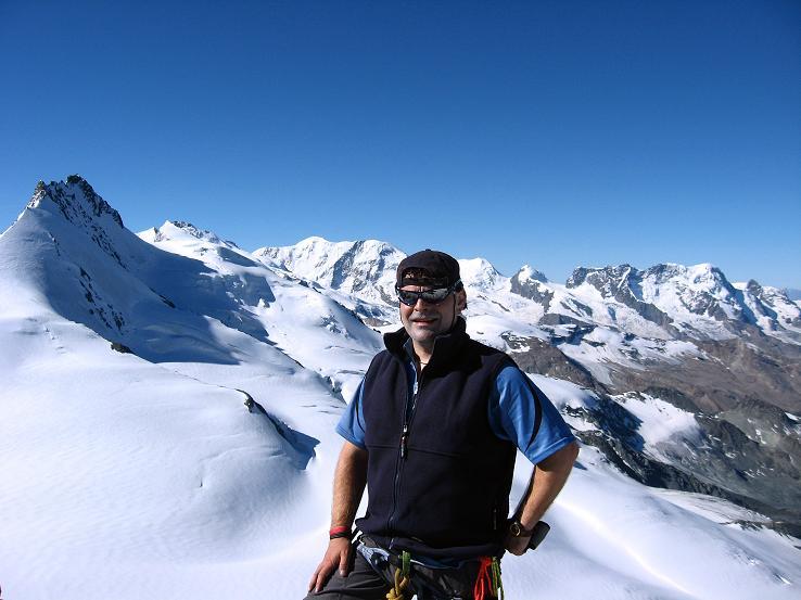 Foto: Andreas Koller / Wander Tour / Alphubel - Überschreitung (4206 m) / Vom Feekopf Blick auf das Rimpfischhorn (4199 m) und die weiteren 4000er der Walliser Alpen / 09.08.2007 15:46:10