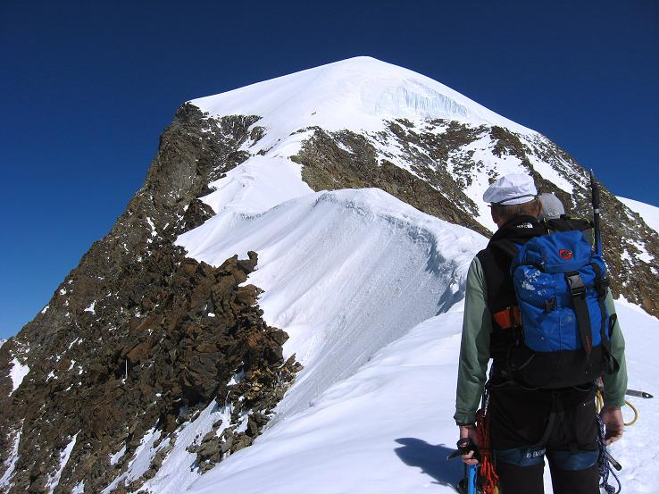 Foto: Andreas Koller / Wander Tour / Alphubel - Überschreitung (4206 m) / Der Gipfelaufbau des Alphubel von S / 09.08.2007 15:43:57