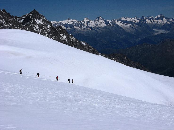 Foto: Andreas Koller / Wander Tour / Alphubel - Überschreitung (4206 m) / Eine Seilschaft im Abstieg vom Alphubel / 09.08.2007 15:43:28