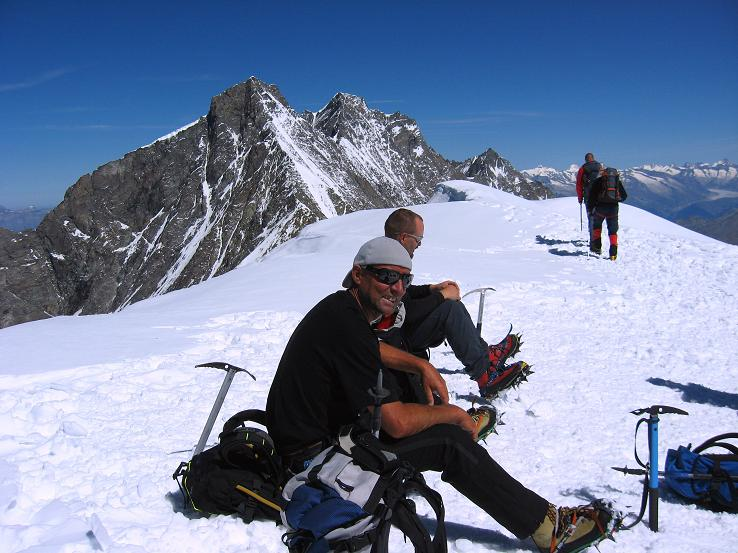 Foto: Andreas Koller / Wander Tour / Alphubel - Überschreitung (4206 m) / Vom Alphubel Blick gegen Täschhorn (4491 m) und Dom (4545 m) / 09.08.2007 15:43:07