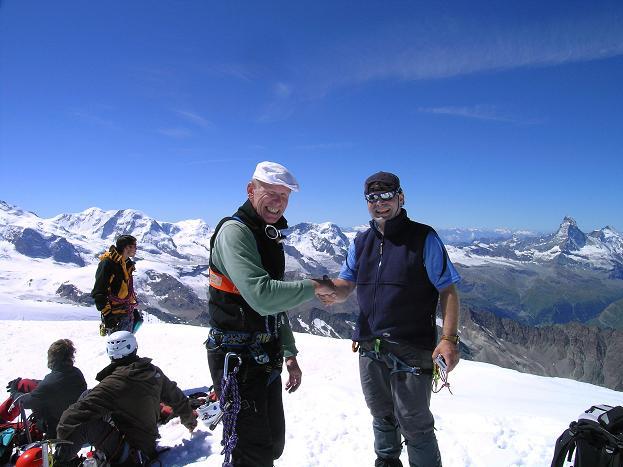 Foto: Andreas Koller / Wander Tour / Alphubel - Überschreitung (4206 m) / Shakehands am Alphubelgipfel / 09.08.2007 15:42:08