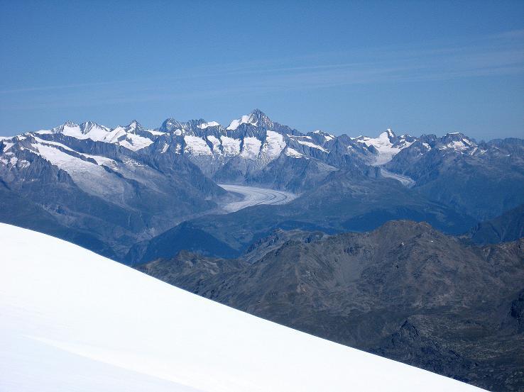Foto: Andreas Koller / Wander Tour / Alphubel - Überschreitung (4206 m) / Im N die Berner Alpen mit dem Aletschgletscher / 09.08.2007 15:40:20