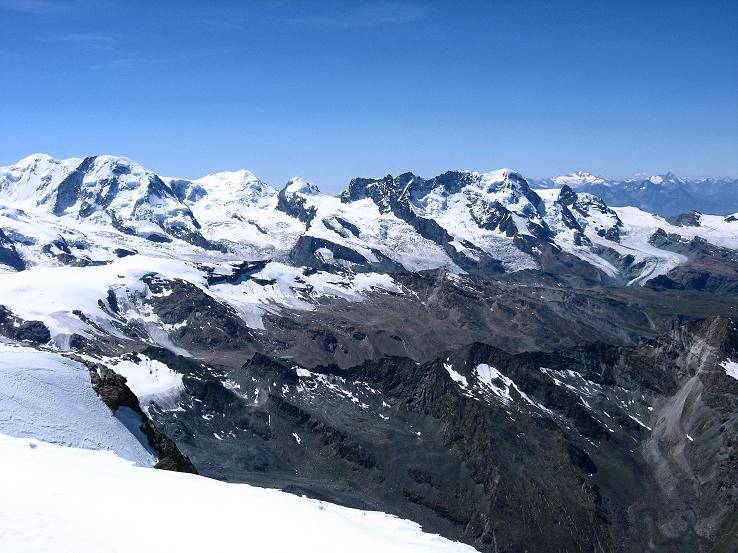 Foto: Andreas Koller / Wander Tour / Alphubel - Überschreitung (4206 m) / Die 4000er der Walliser Alpen mit Lyskamm (4527 m), Castor (4228 m), Breithorn (4165 m); im Hintergrund der Gran Paradiso (4061 m) / 09.08.2007 15:39:13