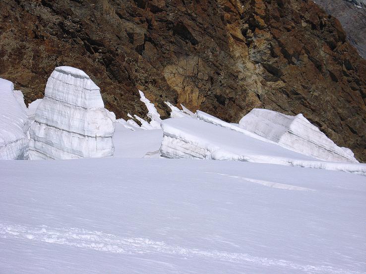 Foto: Andreas Koller / Wander Tour / Alphubel - Überschreitung (4206 m) / Seraczone am Feegletscher / 09.08.2007 15:37:41