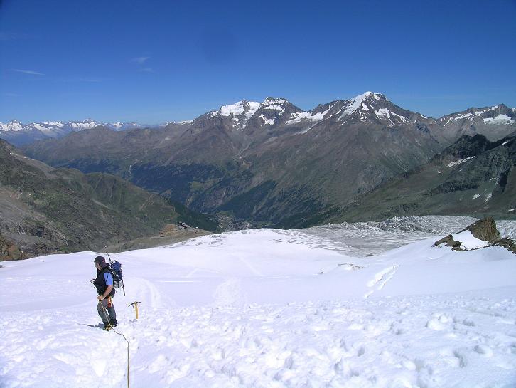 Foto: Andreas Koller / Wander Tour / Alphubel - Überschreitung (4206 m) / Am Feegletscher mit Blick in die Berner Alpen und auf die Weissmiesgruppe / 09.08.2007 15:37:01