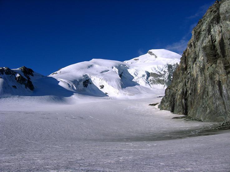 Foto: Andreas Koller / Wander Tour / Im Banne der Walliser Eisriesen auf das Fluchthorn (3791 m) / Das Allalinhorn (4027 m)  über dem Hohlaubgletscher / 10.08.2007 21:42:42