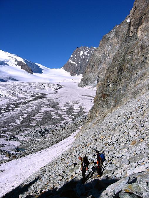 Foto: Andreas Koller / Wander Tour / Im Banne der Walliser Eisriesen auf das Fluchthorn (3791 m) / Abstieg zum Allalingletscher gegen Adlerpass (3789 m) / 10.08.2007 21:40:57