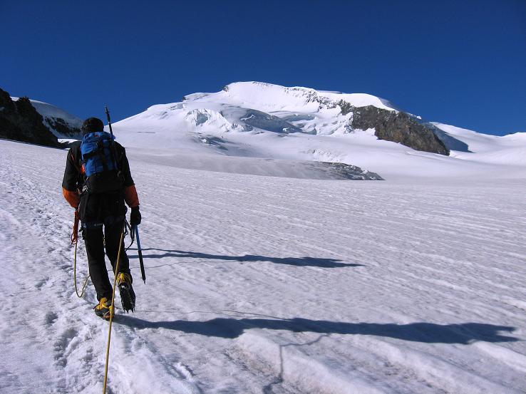Foto: Andreas Koller / Wander Tour / Im Banne der Walliser Eisriesen auf das Fluchthorn (3791 m) / Am Allalingletscher mit dem Strahlhorn (4190 m) im Hintergrund / 10.08.2007 21:39:47