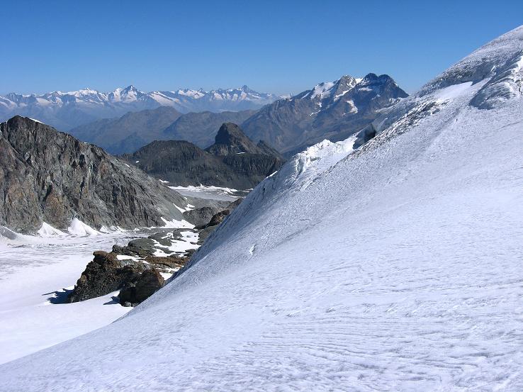 Foto: Andreas Koller / Wander Tour / Im Banne der Walliser Eisriesen auf das Fluchthorn (3791 m) / Blick vom Aufschwung zum Fluchthorn nach NO / 10.08.2007 21:38:32
