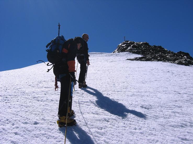 Foto: Andreas Koller / Wander Tour / Im Banne der Walliser Eisriesen auf das Fluchthorn (3791 m) / Die letzten Meter zum Fluchthorn-Gipfel / 10.08.2007 21:38:07