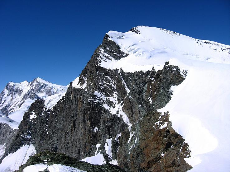 Foto: Andreas Koller / Wander Tour / Im Banne der Walliser Eisriesen auf das Fluchthorn (3791 m) / Strahlhorn (4190 m) und Monte Rosa Massiv (4634 m) vom Fluchthorn / 10.08.2007 21:37:48