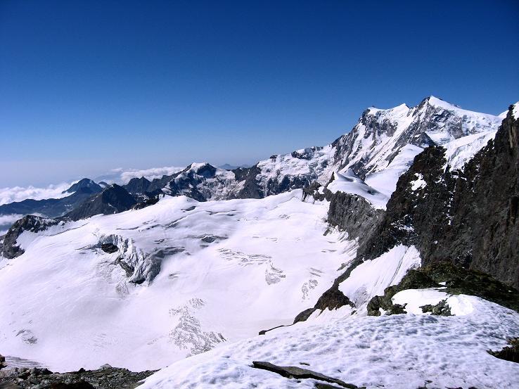 Foto: Andreas Koller / Wander Tour / Im Banne der Walliser Eisriesen auf das Fluchthorn (3791 m) / Blick auf die Piramide Vincent (4203 m), Signalkuppe (4559 m), Zumsteinspitze (4563 m), Dufourspitze (4634 m) und Nordend (4609 m) / 10.08.2007 21:36:47