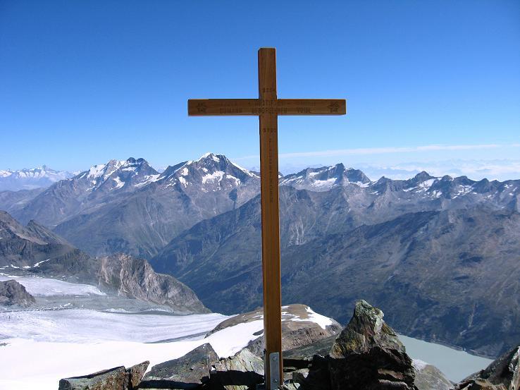 Foto: Andreas Koller / Wander Tour / Im Banne der Walliser Eisriesen auf das Fluchthorn (3791 m) / Fluchthorn-Gipfelkreuz und Weissmiesgruppe / 10.08.2007 21:35:32