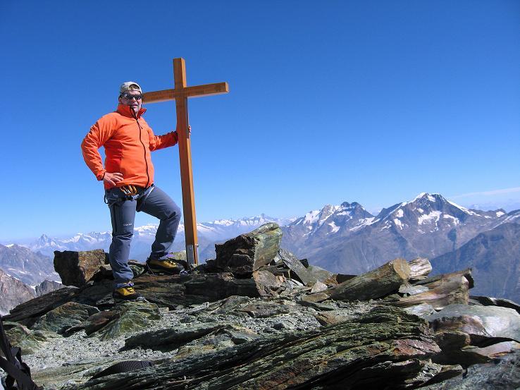 Foto: Andreas Koller / Wander Tour / Im Banne der Walliser Eisriesen auf das Fluchthorn (3791 m) / Beim Gipfelkreuz des Fluchthorns gegen Weissmiesgruppe / 10.08.2007 21:35:09