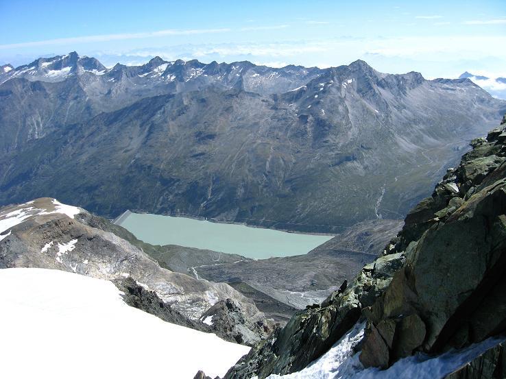 Foto: Andreas Koller / Wander Tour / Im Banne der Walliser Eisriesen auf das Fluchthorn (3791 m) / Tiefblick auf den Stausee Mattmark / 10.08.2007 21:34:11
