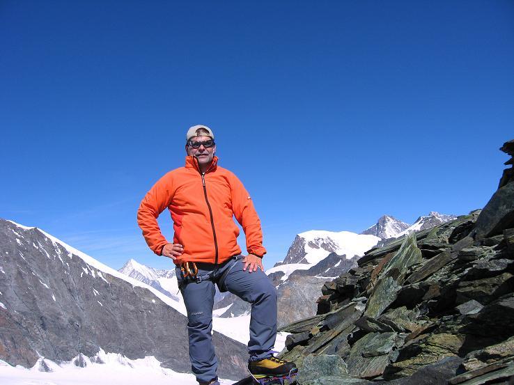 Foto: Andreas Koller / Wander Tour / Im Banne der Walliser Eisriesen auf das Fluchthorn (3791 m) / Am Fluchthorn mit Blick auf Weißhorn (4505 m), Alphubel (4206 m), Täschhorn (4491 m), Dom (4545 m) und Allalinhorn (4027 m) / 10.08.2007 21:33:50