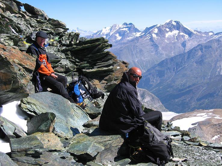 Foto: Andreas Koller / Wander Tour / Im Banne der Walliser Eisriesen auf das Fluchthorn (3791 m) / Gipfelrast am Fluchthorn mit Blick zu Weissmies (4023 m), Lagginhorn (4010 m) und Fletschhorn (3996 m) / 10.08.2007 21:32:49