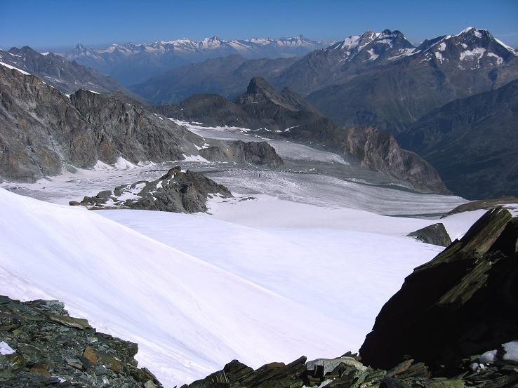 Foto: Andreas Koller / Wander Tour / Im Banne der Walliser Eisriesen auf das Fluchthorn (3791 m) / Blick über den Allalingletscher zur Weissmiesgruppe und den Berner Alpen / 10.08.2007 21:31:32