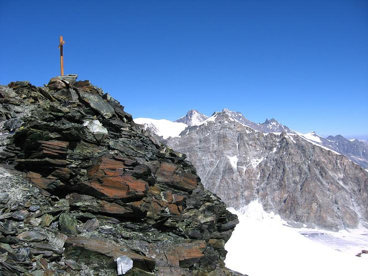 Foto: Andreas Koller / Wander Tour / Im Banne der Walliser Eisriesen auf das Fluchthorn (3791 m) / Fluchthorn-Gipfelkreuz mit Allalinhorn (4027 m), Alphubel (4206 m), Täschhorn (4491 m) und Dom (4545 m) / 10.08.2007 21:30:57