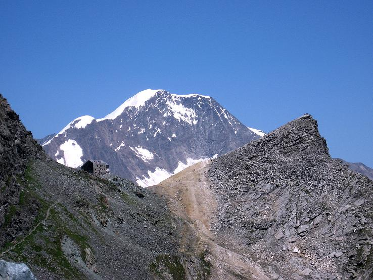 Foto: Andreas Koller / Wander Tour / Im Banne der Walliser Eisriesen auf das Fluchthorn (3791 m) / Die Britanniahütte mit Kleinallalin, überragt vom Weissmies (4023 m) / 10.08.2007 21:27:21