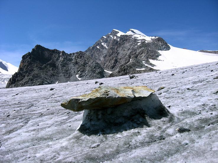 Foto: Andreas Koller / Wander Tour / Im Banne der Walliser Eisriesen auf das Fluchthorn (3791 m) / Gletschertisch am Hohlaubgletscher mit Allalinhorn (4027 m) / 10.08.2007 21:26:45