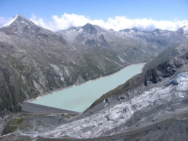 Foto: Andreas Koller / Wander Tour / Im Banne der Walliser Eisriesen auf das Fluchthorn (3791 m) / Stausee Mattmark, darüber das Stellihorn (3436 m) / 10.08.2007 21:25:21