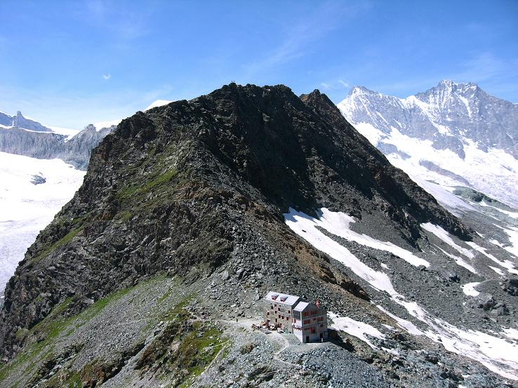 Foto: Andreas Koller / Wander Tour / Im Banne der Walliser Eisriesen auf das Fluchthorn (3791 m) / Die Britanniahütte vom Kleinallalin (links der Hohlaubgletscher, rechts die Mischabelgruppe) / 10.08.2007 21:24:54
