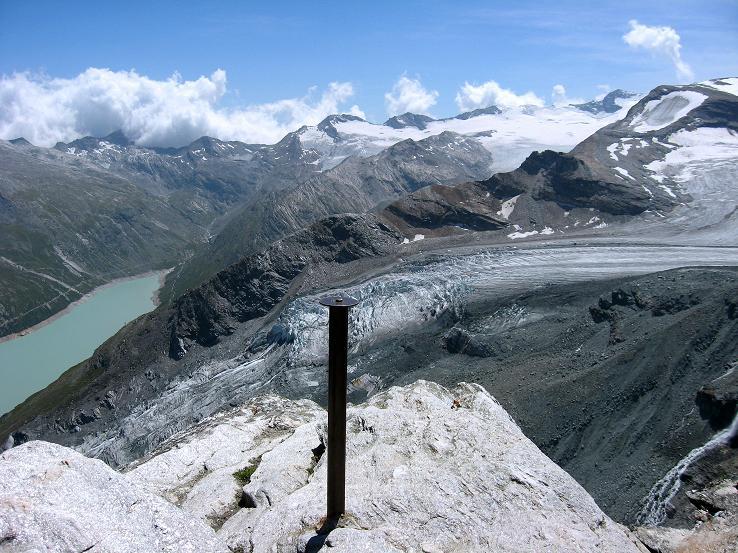 Foto: Andreas Koller / Wander Tour / Im Banne der Walliser Eisriesen auf das Fluchthorn (3791 m) / Blick vom Kleinallalin auf den Stausee Mattmark und das Gebiet um den Monte Moro Pass / 10.08.2007 21:23:20