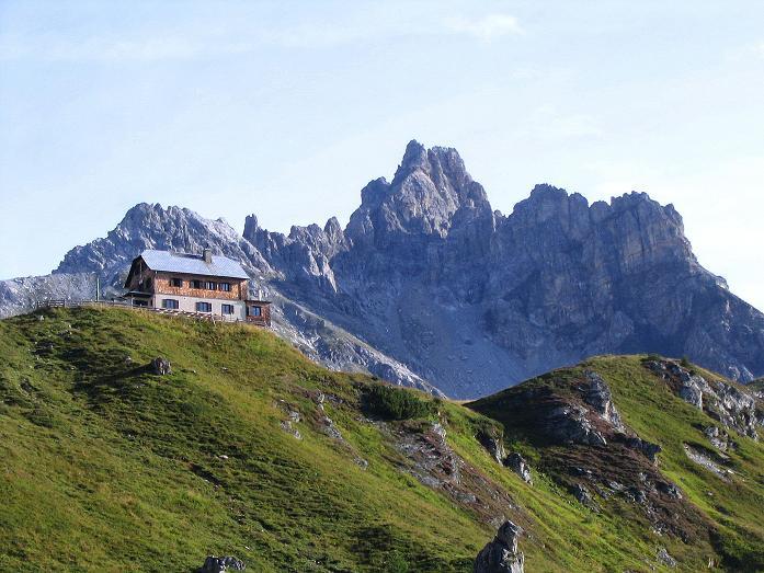Foto: Andreas Koller / Wander Tour / Über die Franz Fischer Hütte auf den Faulkogel (2654 m) / Die Franz Fischer Hütte vor dem Faulkogel / 17.08.2007 11:08:31