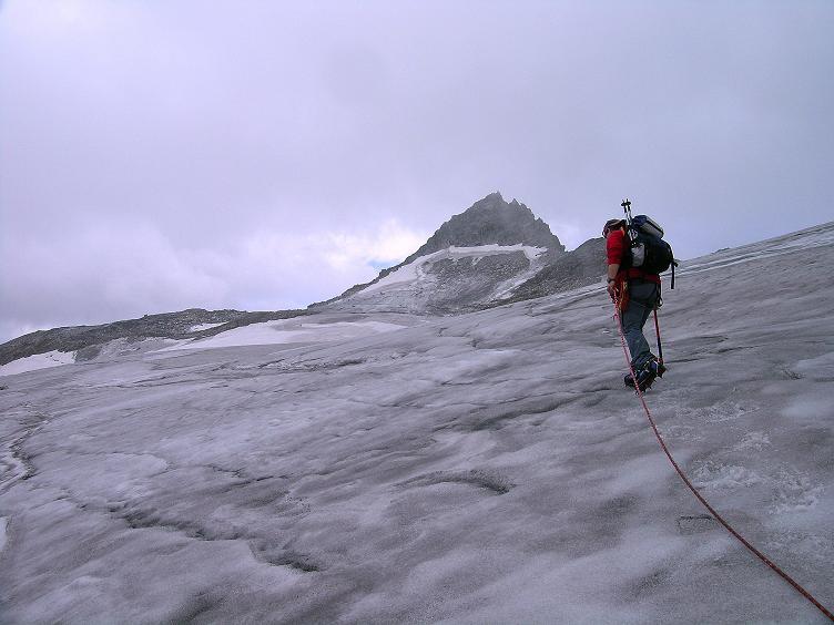 Foto: Andreas Koller / Wander Tour / Kombinierte Tour auf die Granatspitze (3086 m) / Am Sonnblickkees der Granatspitze entgegen / 17.08.2007 13:01:40