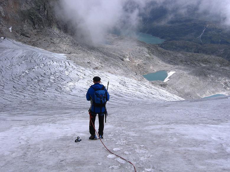 Foto: Andreas Koller / Wander Tour / Kombinierte Tour auf die Granatspitze (3086 m) / Tiefblick vom Sonnblickkees auf den Gletschersee / 17.08.2007 12:58:35