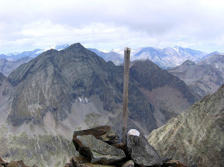 Foto: Andreas Koller / Wander Tour / Von Osttirol nach Kärnten auf den Kruckelkopf (3181 m)  / Am Gipfel des Kruckelkopf mit Blick auf den Hornkopf (3251 m)  / 18.08.2007 13:19:33