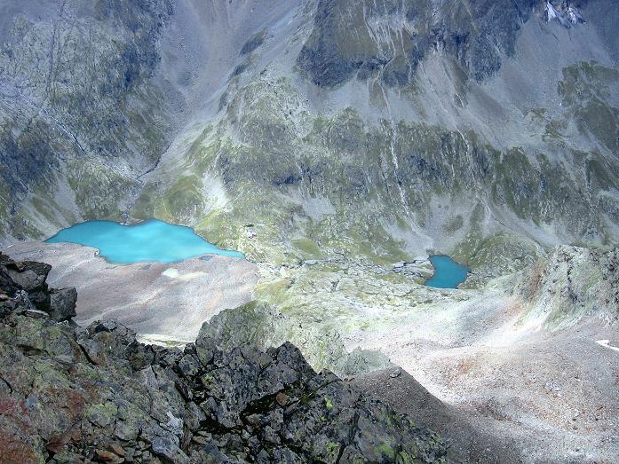 Foto: Andreas Koller / Wander Tour / Von Osttirol nach Kärnten auf den Kruckelkopf (3181 m)  / Tiefblick vom Kruckelkopf auf den Gradensee und die Adolf Nossberger Hütte / 18.08.2007 13:17:44