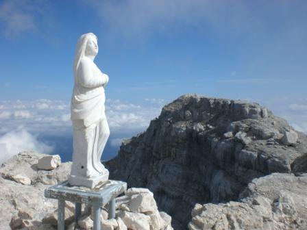 Foto: dobratsch11 / Klettersteig Tour / Über die Mosesscharte auf den Wischberg (Jòf Fuart) / die Stein-Madonna am Gipfel / 20.08.2007 21:20:37